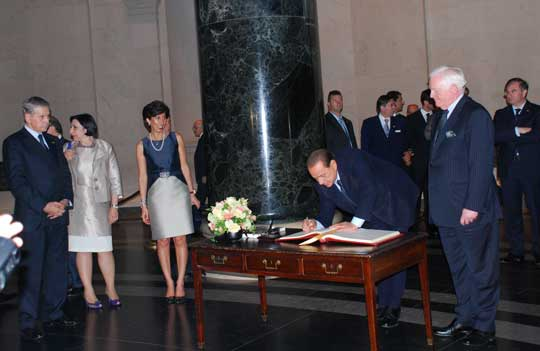 Berlusconi signs guestbook at National Gallery of Arts